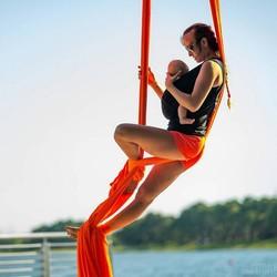 Wah! Ibu Ini Latihan Akrobat dan Yoga Sambil Jaga Bayinya, Bun