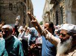 Foto: Aksi Protes Warga Palestina di Luar Kompleks Masjid Al-Aqsa