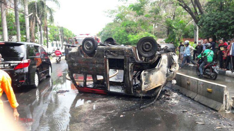 Angkot Terbakar karena Tabrak Pembatas Jalan, Sopir Tewas