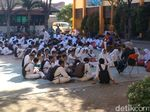 Pelajar SMPN 52 Belajar di Halaman Sekolah, Disdik Menyangkal