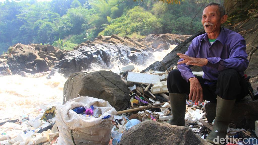 Cerita Pemulung yang Kerap Berburu Sampah di Curug Jompong Beracun