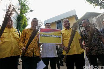 Bersih-bersih Partai, Kader Muda Golkar Bawa Sapu Lidi