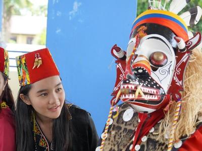 Foto: Kostum Tari Dayak yang Menyerupai Monster