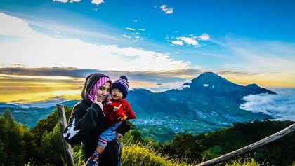 Pemandangan di bukit sikunir, seindah senyuman mereka berdua