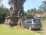 Aneh, Mobil ini Bisa Tabrak Candi Kidal di Malang