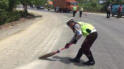 Cegah Kecelakaan, Polantas Aceh Sapu Kerikil di Jalanan