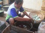 Garam Langka, Produsen Telur Asin Brebes Daur Ulang Adonan Pengasin