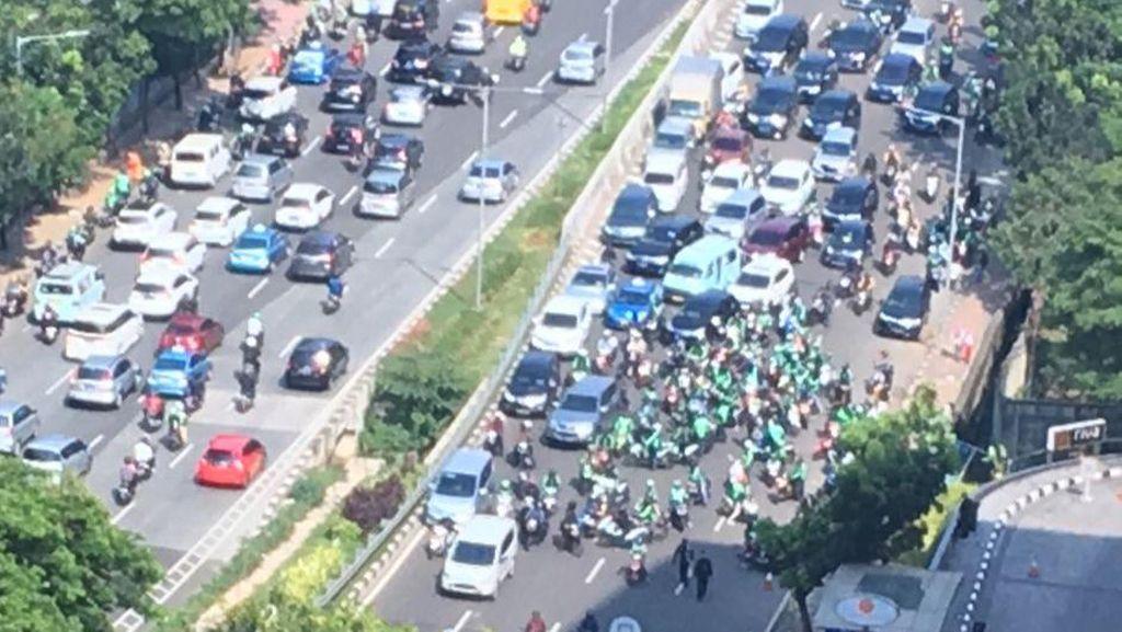 Protes Rekannya Ditilang di JLNT, Driver Ojek Online Tutup Jalan