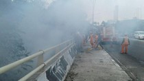 Tumpukan Sampah di Kedoya Terbakar, Asap Ganggu Pengguna Tol