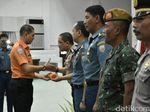 Basarnas Berikan Penghargaan untuk Tim Evakuasi Helikopter SAR