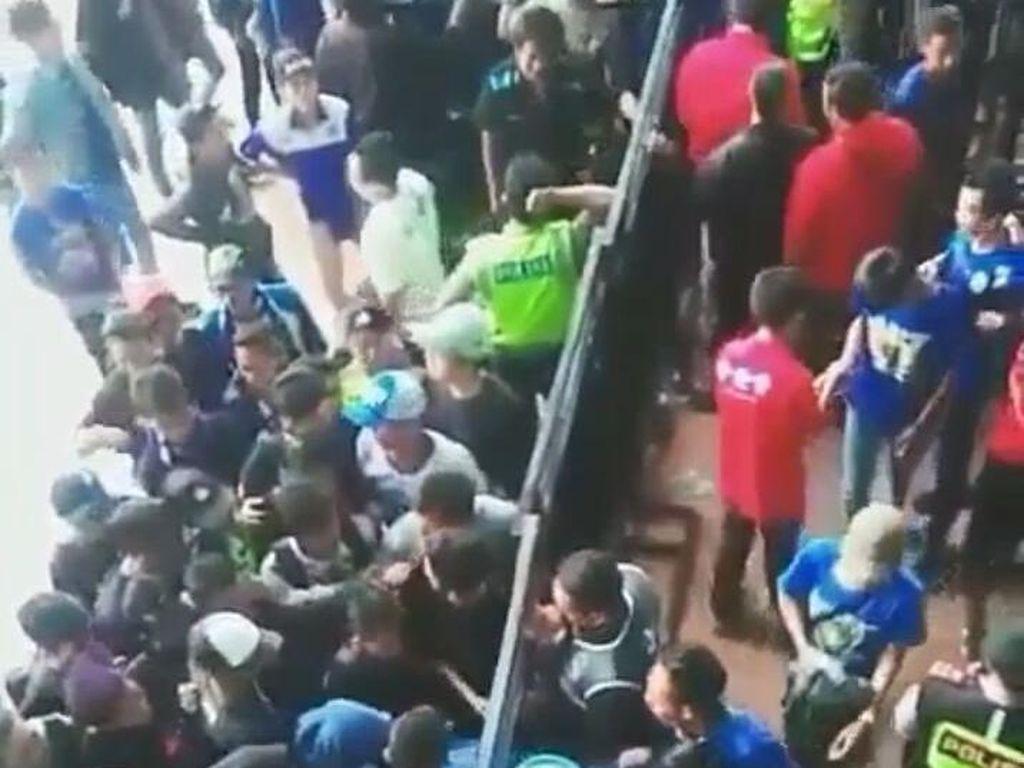 Polisi yang Loloskan Bobotoh Tanpa Tiket di GBLA Kena Sanksi