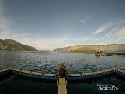 Tahu Ada Kafe Terapung di Danau Toba?