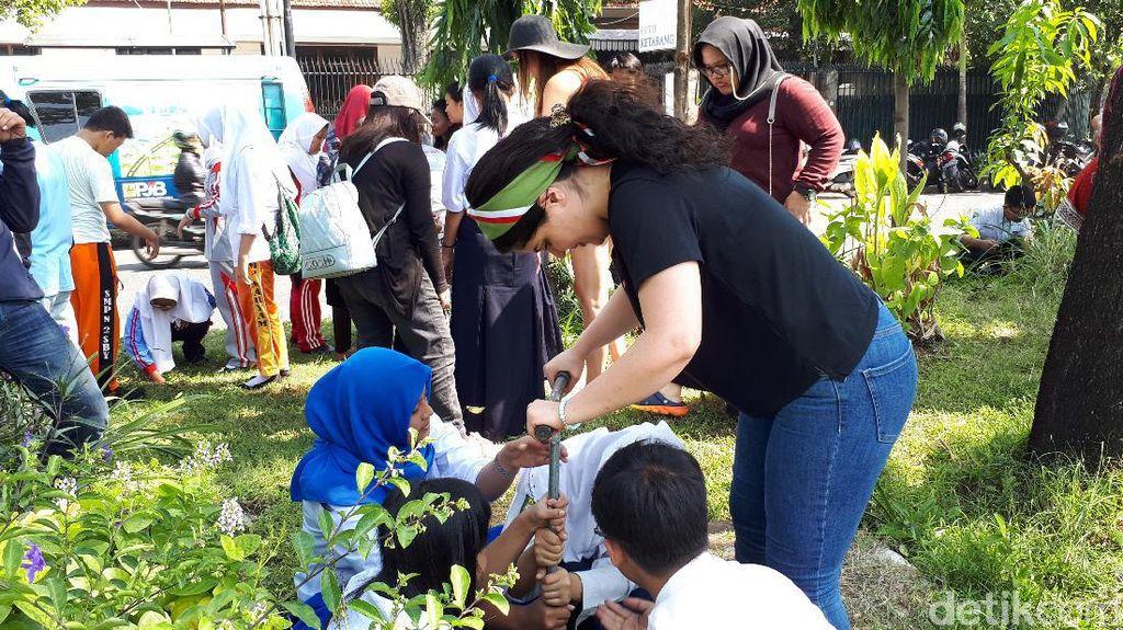 Belasan Mahasiswa Luar Negeri Belajar Membuat Lubang Biopori