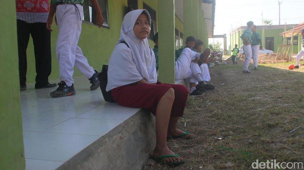 Siswi SMP di Brebes ini Sekolah Berseragam SD dan Sandal Jepit