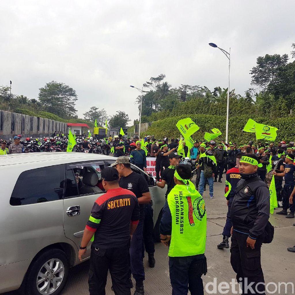 Seratusan Buruh Blokir Pintu Masuk PT Semen Jawa di Sukabumi