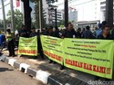 Eks Karyawan AP I Demo Tuntut Tunjangan Hari Tua di Kementerian BUMN