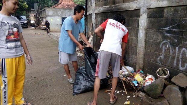 Aktif membersihkan dan mempercantik gang (dok Bekasi Clean Action)
