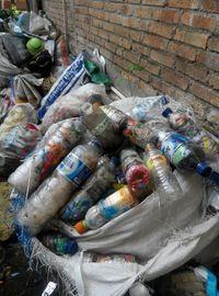 Sampah selama 3 tahunan yang dikelola sendiri menjadi ecobricks (dok Josh Handani/Rumah Inspirasi Jogja)