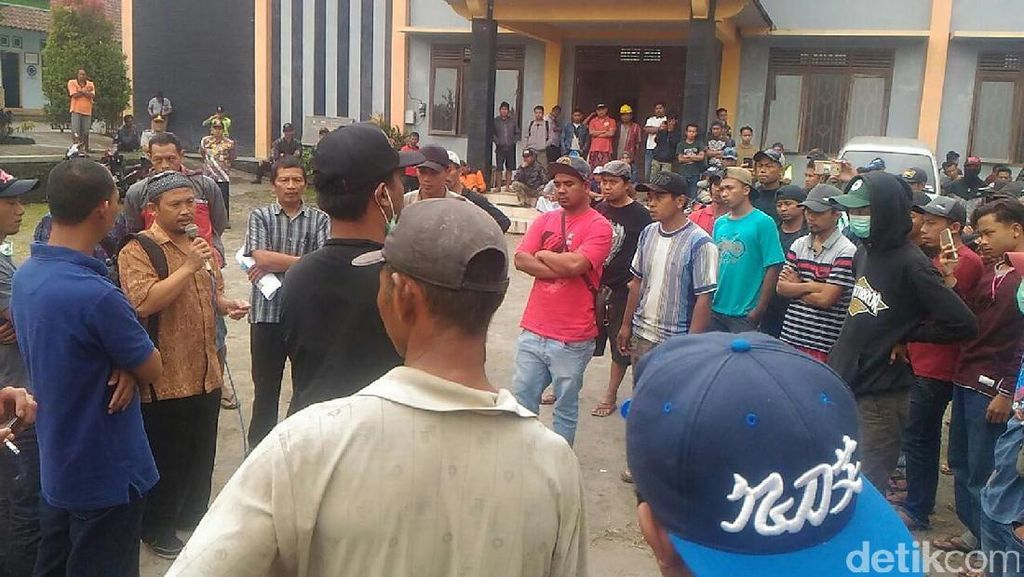 Warga Magelang Demo Tuntut Transparansi Dana Retribusi Desa