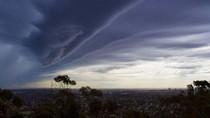 Badai Adelaide, Dua Pekerja Dibawa ke RS Akibat Tersambar Petir