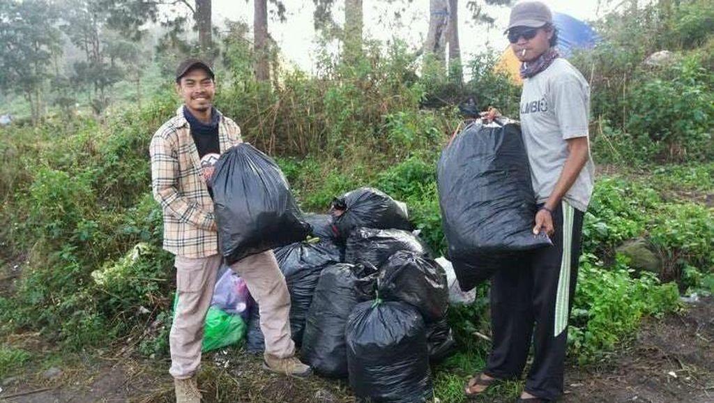 Salut! Mereka yang Membersihkan Sampah di Rinjani