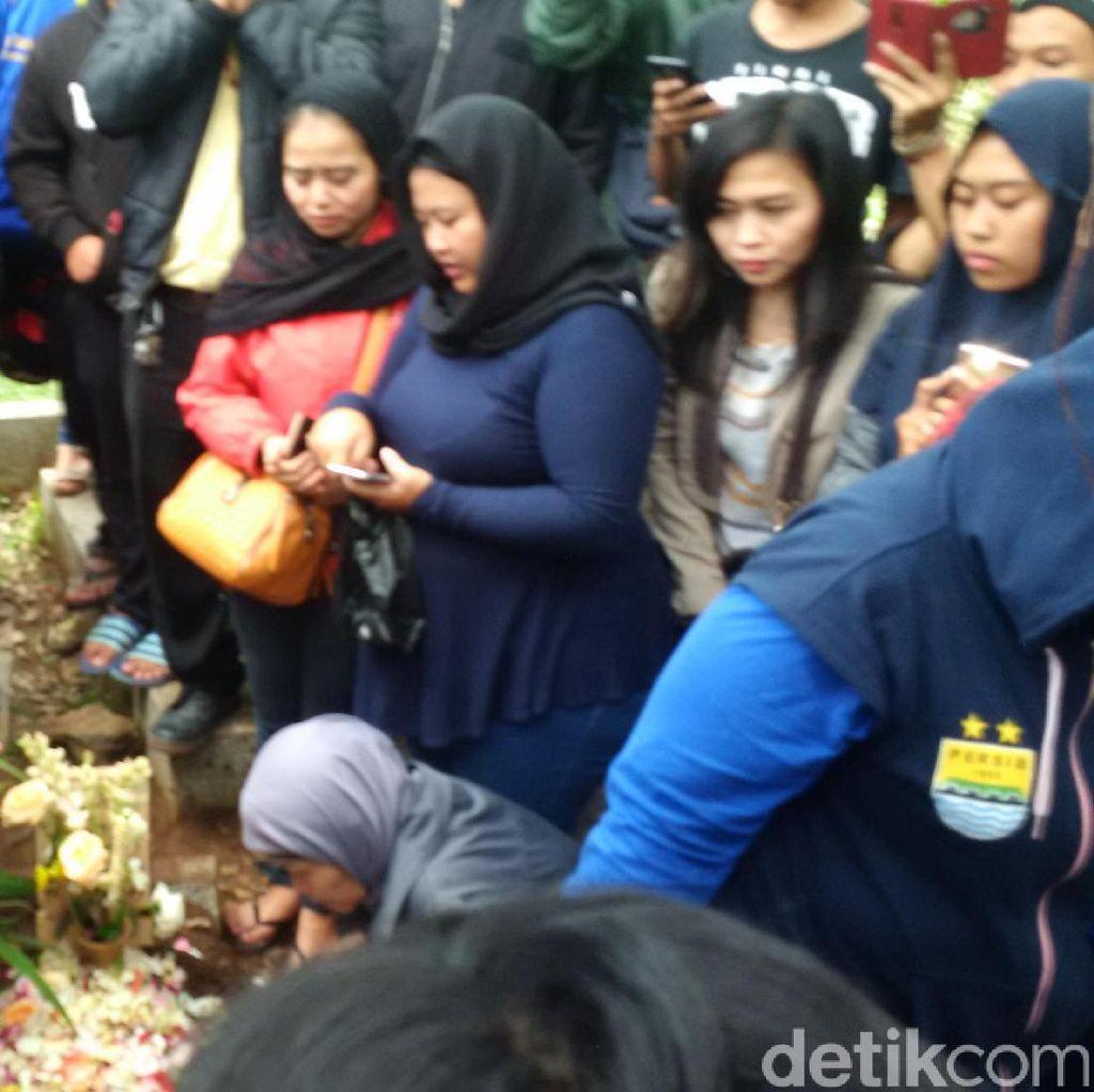 Ratusan Bobotoh Hadiri Pemakaman Ricko