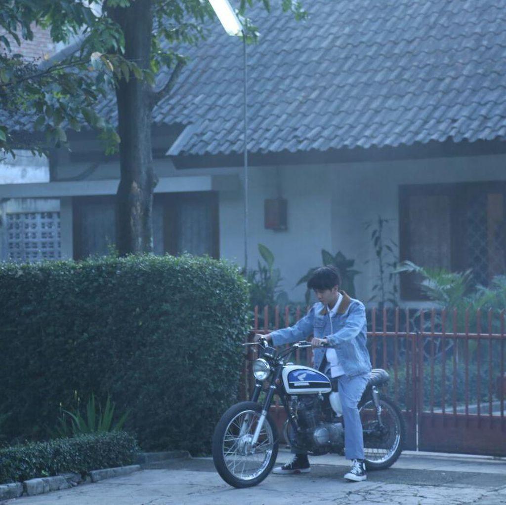 Intip Syuting Hari Pertama Iqbaal dan Vanesha untuk Film Dilan