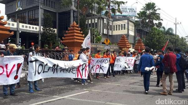 BEM SI Jatim Demo Tolak Pansus Angket KPK di DPRD Jatim