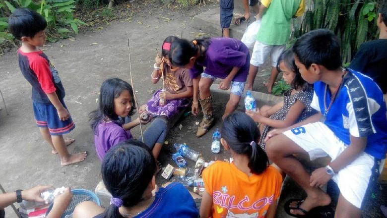 Foto: Anak-anak memasukkan sampah plastik ke dalam botol, yang nantinya bisa menjadi ecobricks (dok Josh Handani/Rumah Inspirasi Jogja)