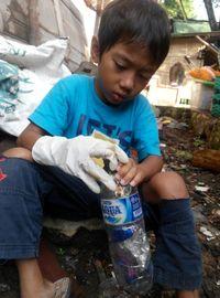 Semesta (9), anak Josh sedang memasukkan sampah plastik yang tidak laku dijual ke dalam botol (dok Josh Handani/Rumah Inspirasi Jogja)