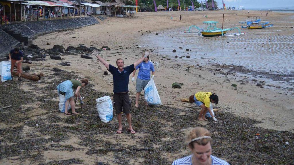 Bule di Bali Saja Membersihkan Sampah, Kalau Kamu?