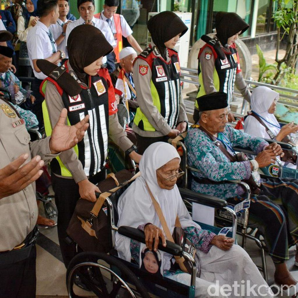Saat Polisi Mengayomi Calon Jemaah Haji di Asrama Haji Sukolilo