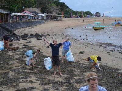 Cerita Bule Bersihin Sampah di Bali: Dibilang Gila