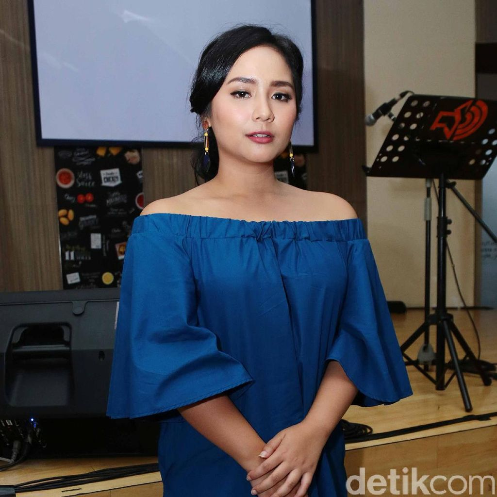 Manisnya Gita Gutawa dengan <i>Blue Dress</i>