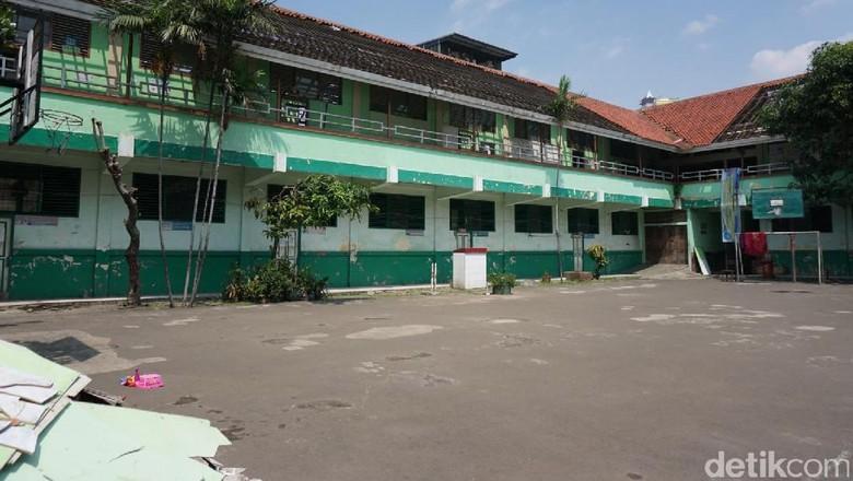 Akan Penghuni Kawasan Sekolah di - Jakarta Kawasan SMP Negeri dan SD Pinangsia Tamansari Jakarta Barat akan direnovasi hal ini terhambat oleh warga yang