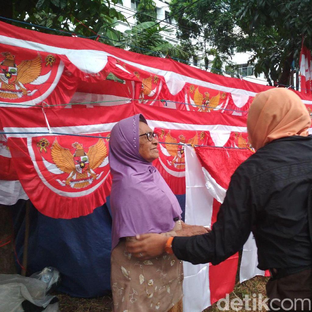 Bupati Purwakarta Borong Bendera yang Dijual Pasutri Lansia di Bandung