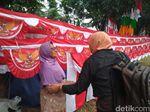 Pengorbanan Pasutri Lansia Jualan Bendera Merah-Putih di Bandung