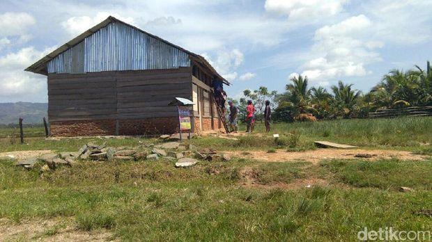 Brigadir Saleh membangun SD untuk anak-anak petani di Bombana, Sultra.