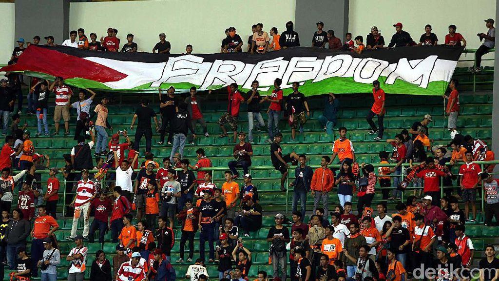 Spanduk #SavePalestine Warnai Laga Persija Vs Bhayangkara FC