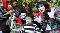 Wajah Pucat Pantomim Berkampanye Susu Sehat