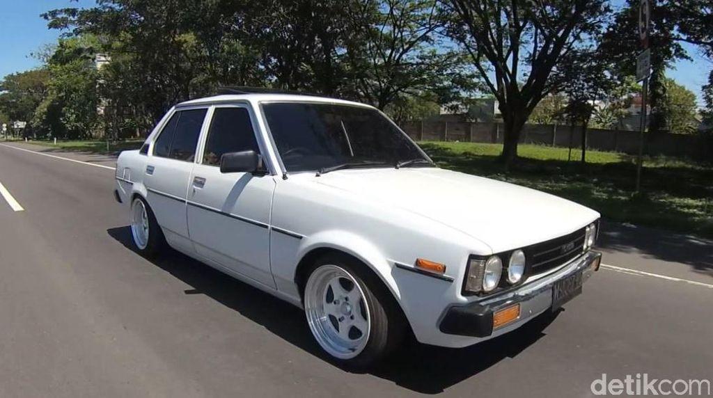 Sedan Retro Toyota Corolla DX 1980