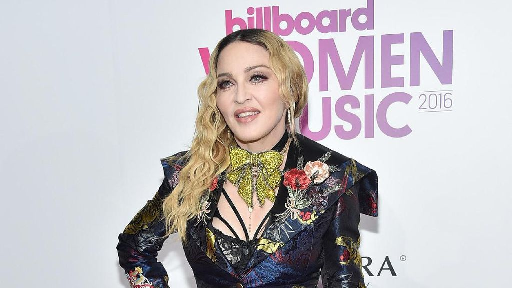 Identitasnya Diragukan Kurir Paket, Madonna Ngamuk di Twitter