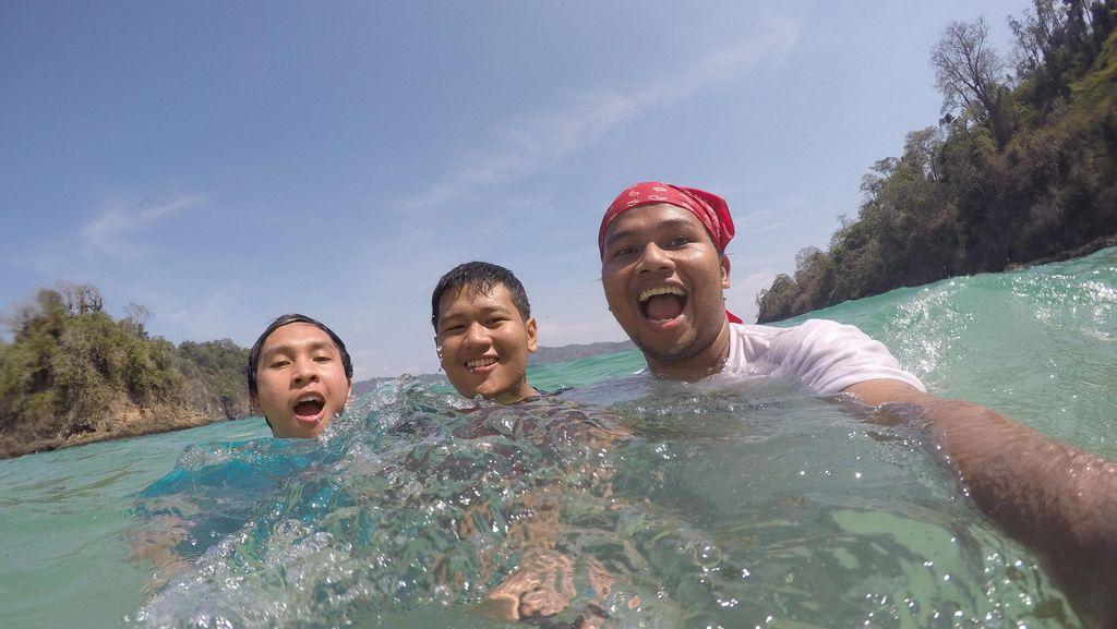 Berenang di Pantai Greenbay Banyuwangi