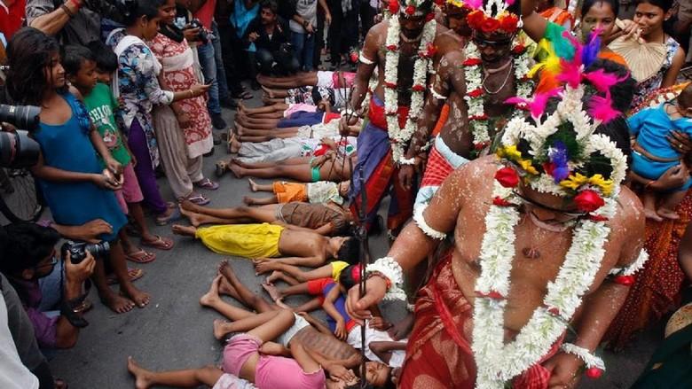 Ritual injak kepala anak (Rupak De Chowdhuri/Reuters)