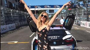 Kate Upton Ketagihan Coba Mobil Balap Listrik