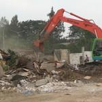 Ketika Traktor Hancurkan Bangunan Liar di Taman BMW