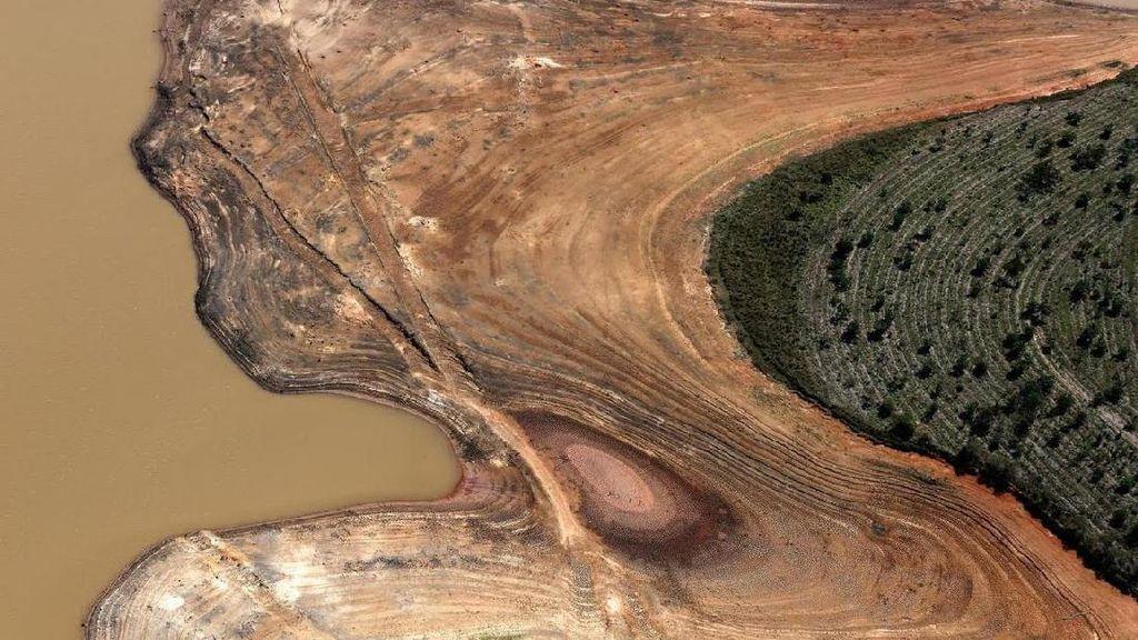 Foto: Saat Waduk Kekeringan Jadi Alam yang Cantik