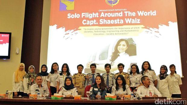 Shaesta berfoto dengan pilot wanita Indonesia (Randy/detikTravel)