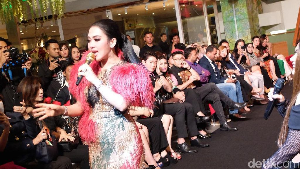 Foto: Gaya Cetar Syahrini Rilis Parfum Sekaligus Rayakan Ultah ke-35