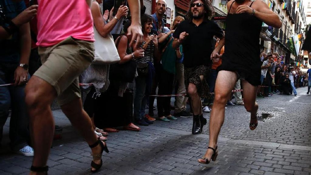 Foto: Lomba Lari Pria... Pakai High Heels